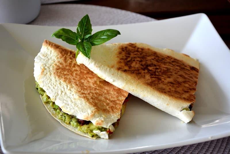 Avocado-Bohnen-Quesadillas am besten mit einer Salsa nach Wahl genießen.