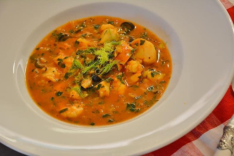 Fischsuppe mit Fenchel und Baguette