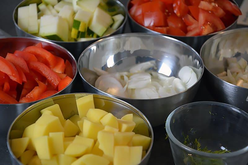 Vorbereitung für Pot au Feu mit Huhn