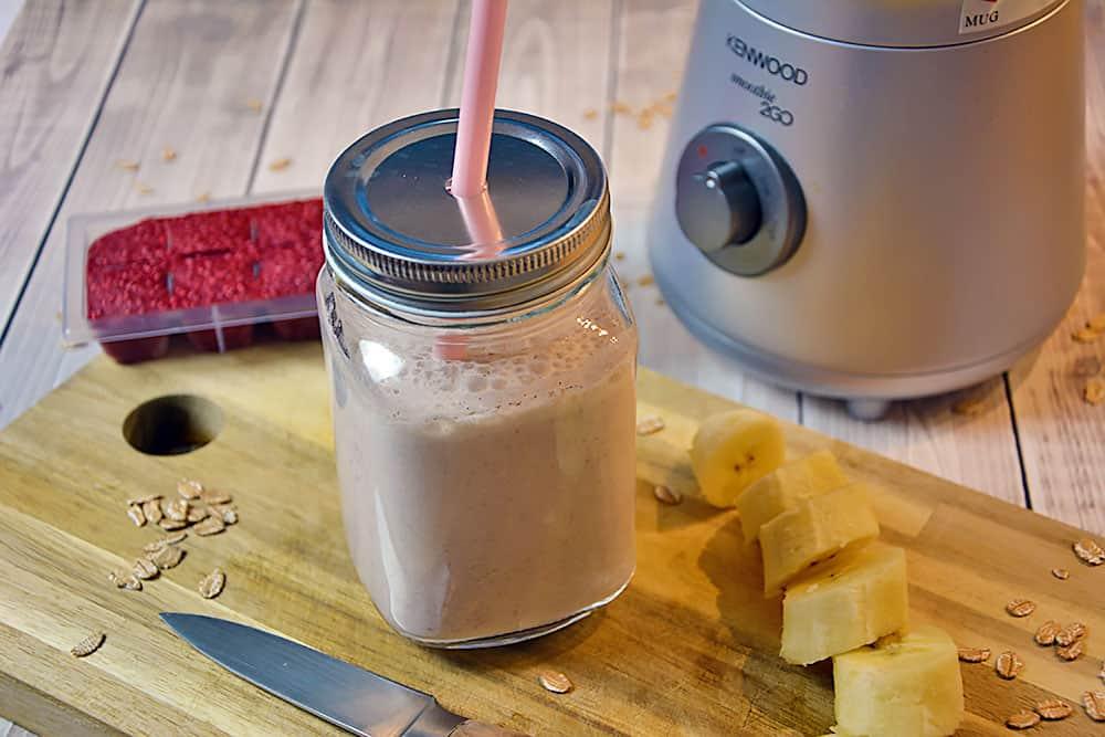 Dieses Rezept für einen Bananen Shake mit Erdbeeren und Haferflocken zum selber machen hält fit für den Tag.