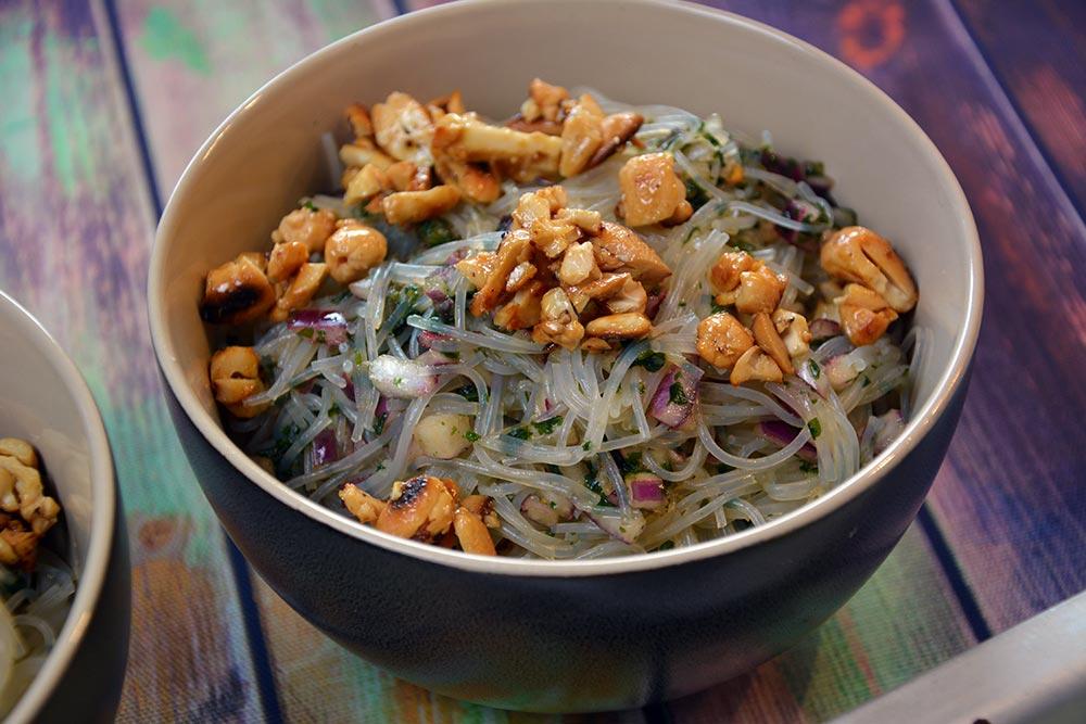 Ein einfacher Glasnudelsalat zu den Hähnchenspiessen mit Erdnusssauce