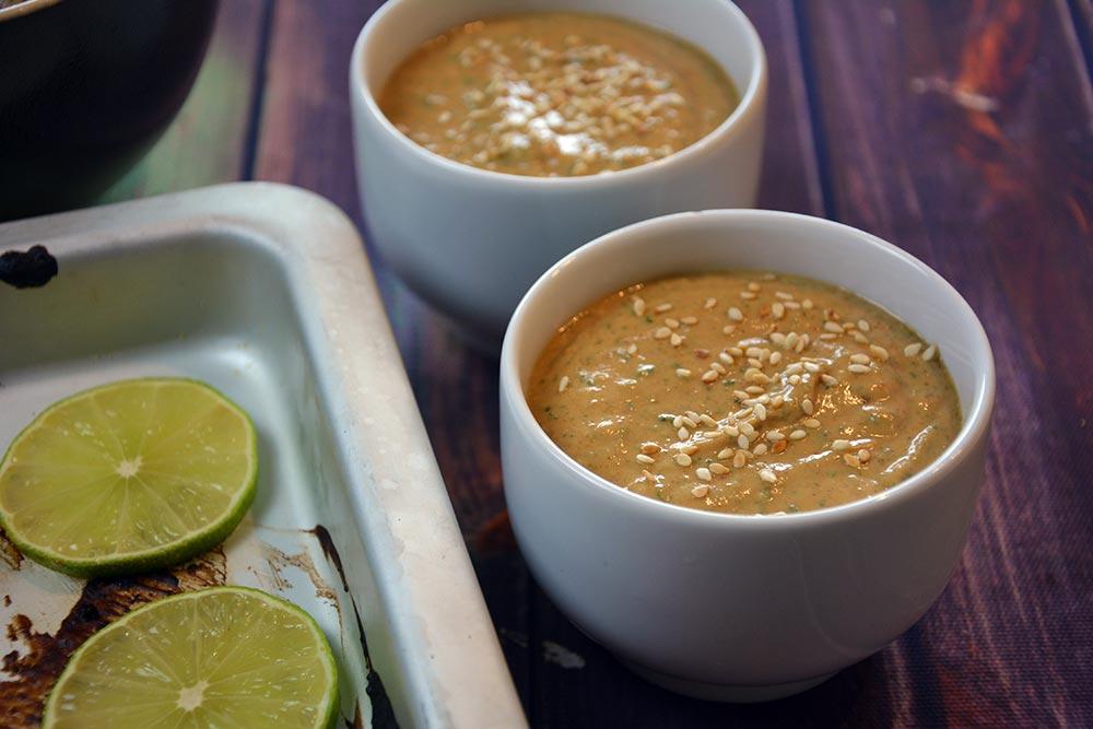 Diese herrlich einfache Erdnusssauce ist der ideale Begleiter für die asiatischen Hähnchenspiesse und dem Glasnudelsalat