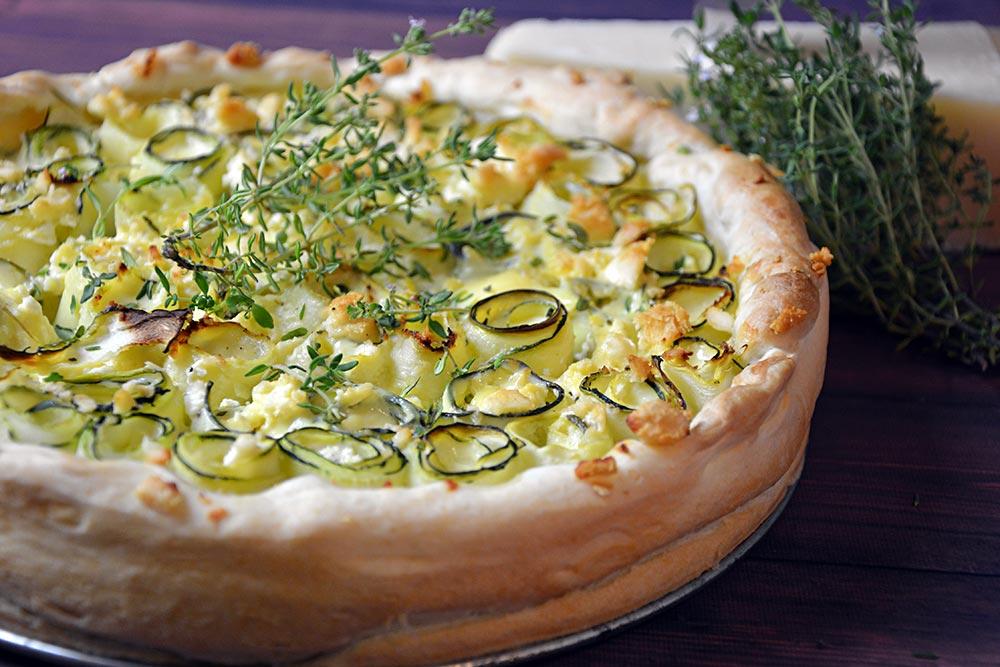 Rezept für eine Zucchini Tarte mit Schafkäse aus dem Ofen. Schnell gemacht und schmeckt super. Schaut auch toll aus.