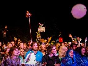 Publikum auf dem Appletree Garden