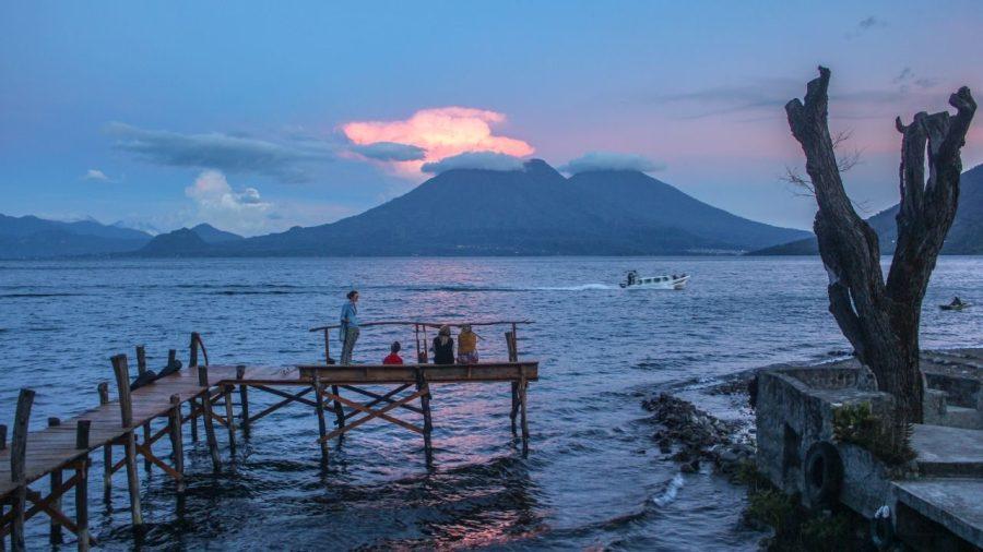 Vulkan am Lago de Atitlan in Guatemala