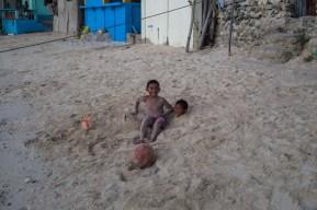 Spielende Kinder am Strand von Malapascua