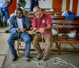 Rick Luiten leert knopen te maken