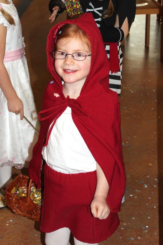 Karolina als Rotkäppchen