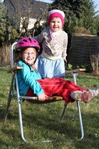 Karolina und Kira im Garten