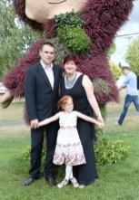 Karolina mit ihren beiden stolzen Eltern