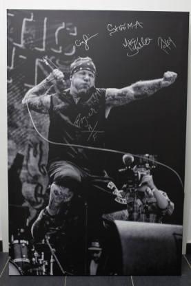 """Ein von Tim Hackemack geschossenes Foto der New Yorker Hardcore Legenden """"Agnostic Front"""". Hier auf Leinwand gezogen und auf dem Vainstream von der Band signiert. (Foto: Tim Hackemack)"""