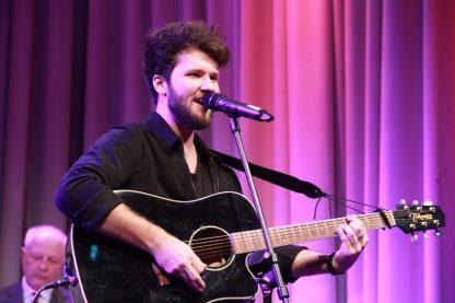 14) Damian Ketteler singt mit dem Publikum (Foto Tom Heyken)