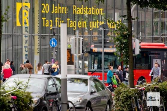 Den Mix aus Fahrrad und öffentlichem Nahverkehr, den viele Verkehrsplaner als Weg in die Zukunft betrachten, kann man im Umfeld der Radstation bereits erleben. (Foto: Michael Bührke)