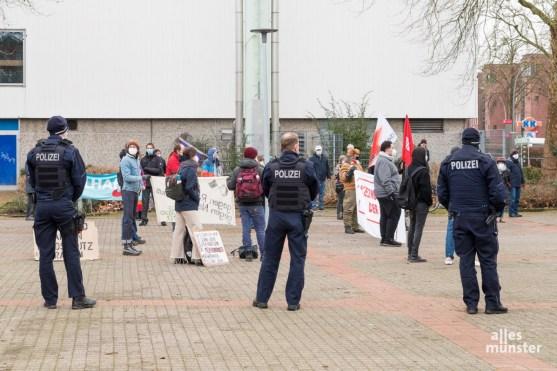 Polizeipräsenz bei Protest vor der Stadthalle Hiltrup. (Foto: Carsten Pöhler)
