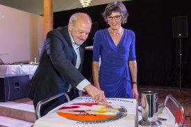 Leonard Lansink und Gudrun Bruns schnitten gemeinsam die Torte an. (Foto: Thomas Hölscher)