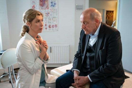 Wilsberg (Leonard Lansink, r.) sucht Dr. Lüders (Brigitte Zeh, l.) in ihrer Praxis auf, um ihr schlechte Nachrichten zu überbringen. (Foto: ZDF/ Thomas Kost)