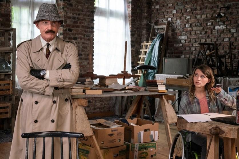 Der verkleidete Overbeck (Roland Jankowsky) und Merle (Janina Fautz) sind sich nicht sicher, ob die ihnen vorliegenden Dokumente als Beweis ausreichen. (Foto: ZDF/Thomas Kost)