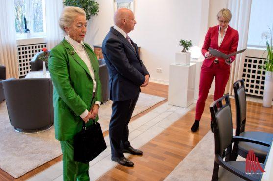 Feller verliest den Text zur Ordensverleihung, der vom Bundespräsidenten unterschrieben ist. (Foto: Michael Bührke)