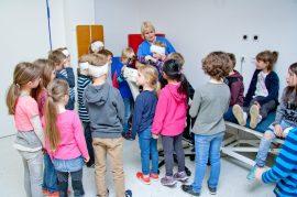 Schlange stehen am Trainingsrad: Die Physiotherapeutin Ramona Brandt zeigt den Schulkindern Übungen auf dem Ergometer. (Foto: Michael Bührke)