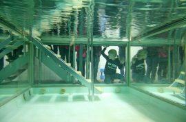 Das Übungsbad der Physiotherapie hat transparente Wände, um die Beinbewegungen der Patienten sehen zu können. (Foto: Micheal Bührke)