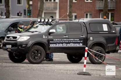 Das Fahrzeug der Organisatoren mit leichtem Fehler in der Orthographie (Foto: Bührke)