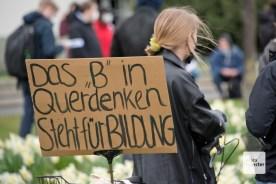 Plakat einer Gegendemonstrantin (Foto: Bührke)
