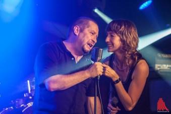 Organisator Thorsten Brinkmann im Duett mit Sängern Nadine von Undercover (Foto: sg)