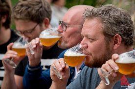 Das grenzübergreifende Bier schmeckt auch den Brauern. (Foto: Michael Bührke)