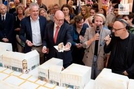 Das erste von 2.500 Kuchenstücken wurde unter die Gäste gebracht (Foto: Bührke)