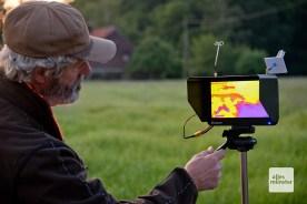 Aufmerksam verfolgen die Helfer das Wärmebild auf einem zweiten Monitor. (Foto: Michael Bührke)