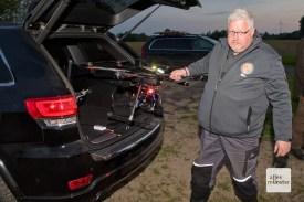Marc Gerseker holt die einsatzbereite Drohne aus seinem Kofferraum. (Foto: Michael Bührke)
