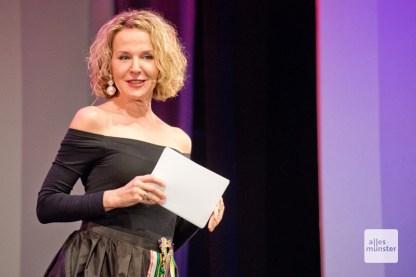 Die Mezzosopranistin Prof. Annette Koch moderierte die Benefiz-Gala (Foto: Michael Bührke)