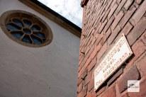 Eines der vielleicht bekanntesten Schilder Deutschlands hängt neben St. Petronilla in Handorf. (Foto: Bührke)