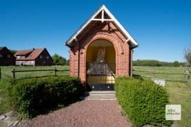 Wegekapelle und Wegekreuze begegnen einem im Münsterland sehr oft. (Foto: Michael Bührke)