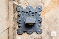 Detail an der Gnadenkapelle. Allerdings wurde der Einwurf für das Opfer zugespachtelt. (Foto: Michael Bührke)