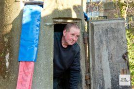 Waldemar Beyer klettert aus dem Bunker, der im zweiten Weltkrieg vielleicht Menschenleben gerettet hat. (Foto: Michael Bührke)