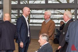Trainer Marco Antwerpen (2.v.l.) im Gespräch mit Mitgliedern. (Foto: Carsten Pöhler)