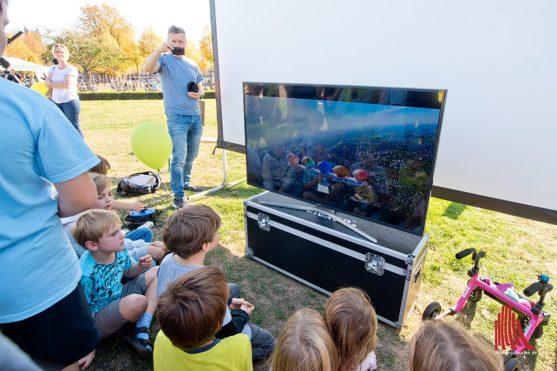 Auf einem Monitor konnten nach dem Start Live-Bilder der Sonde betrachtet werden. (Foto: Michael Bührke)