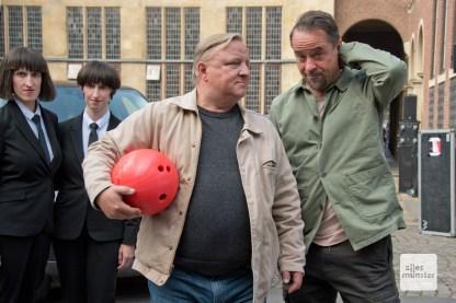 Sowohl die Bowlingkugel als auch Jan Josef Liefers wiken verwundert.