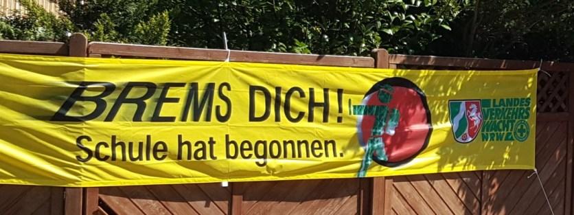 Die Verkehrswacht hat im gesamten Stadtgebiet von Münster große gelbe Spannbänder angebracht, um daran zu erinnern, in den ersten Wochen des Schulbeginns ganz besonders auf Kinder aufzupassen. (Foto: Verkehrswacht Münster)
