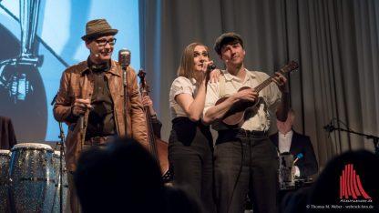Gerd Gorke, Lotta Stein und Robert Nippoldt singen und spielen zusammen mit der Show-Band. (Foto: wf / Weber)