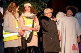 """Karin Reismann mit zwei """"Weihnachtslotsinnen"""" auf der Bühne vor St. Lamberti. (Foto: Michael Bührke)"""