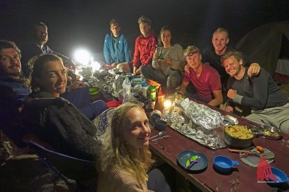 Magda und Manu bei ihrer Weihnachtsfeier zusammen mit anderen Radwanderern im Oman (Foto: privat)