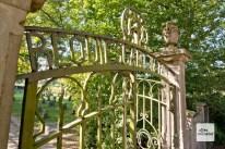 """Der Eingang zum Soldatenfriedhof """"Haus Spital""""."""