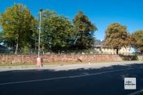 Die Mauer der Oxford-Kaserne ist in diesem Bereich rot verfärbt.