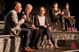 Stadtrat Wolfgang Heuer (l.) und Stadträtin Cornelia Wilkens (r.) im Interview. Der gesamte Abend wurden von zwei Gebärdendolmetscherinnen begleitet. (Foto: Michael Bührke)