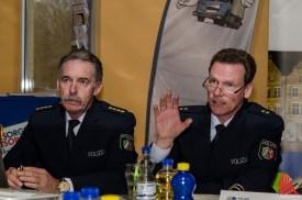 Andre Weiß, stellv. Chef der Autobahnpolizei (re.) erläutert die Unfallursachen Nummer 1. (Foto: th)
