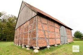 """Eine """"Museschür"""", also Mäusescheune in der Nähe von Hiddingsel. Die Steine sollten verhindern, dass Nagetiere in die Scheune gelangen, in der Getreide gelagert wurde. (Foto: Bührke)"""