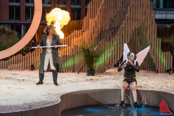 Prospera bnötigt die Hilfe von Ariel (Monika Hess-Zanger und Jannike Schubert. Foto: Thomas Hölscher)