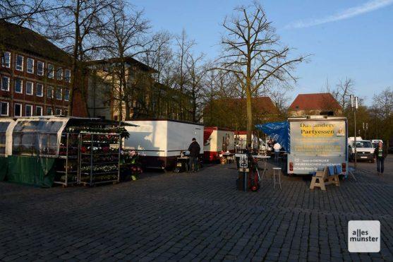 Manche Münsteraner dachten, dass sie den Wochentag verwechselt hätten und wollten auf dem kleinen Markt einkaufen, der heute extra für die Dreharbeiten aufgebaut wurde. (Foto: Michael Bührke)